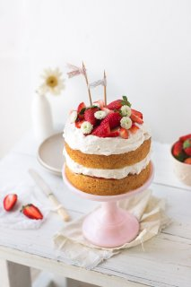 A simple strawberry cream cake made of layers of vanilla sponge cake, soft whipped cream, and fresh strawberries | prettysimplesweet.com