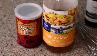 Baking soft drink and vinegar for eggless chocolate cake
