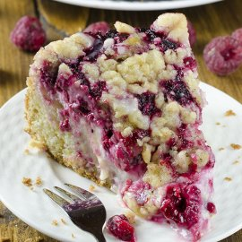Raspberry Cream Cheese Coffee Cake – all tastes you like, you'll get here in just about every bite: damp and buttery cake, creamy cheesecake filling, juicy raspberries and crunchy streusel topping.