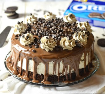 once you don't know what things to make for dessert, a cake is obviously a good solution. This time around, my option was the decadent Oreo Cheesecake Chocolate Cake and trust in me, it wasn't a mistake.